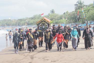 Potret Syukuran Nelayan Pantai Barat Pangandaran di Masa Pandemi