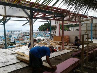 Sebagain Kios Pedagang Pinggir Pantai Mulai di Bongkar