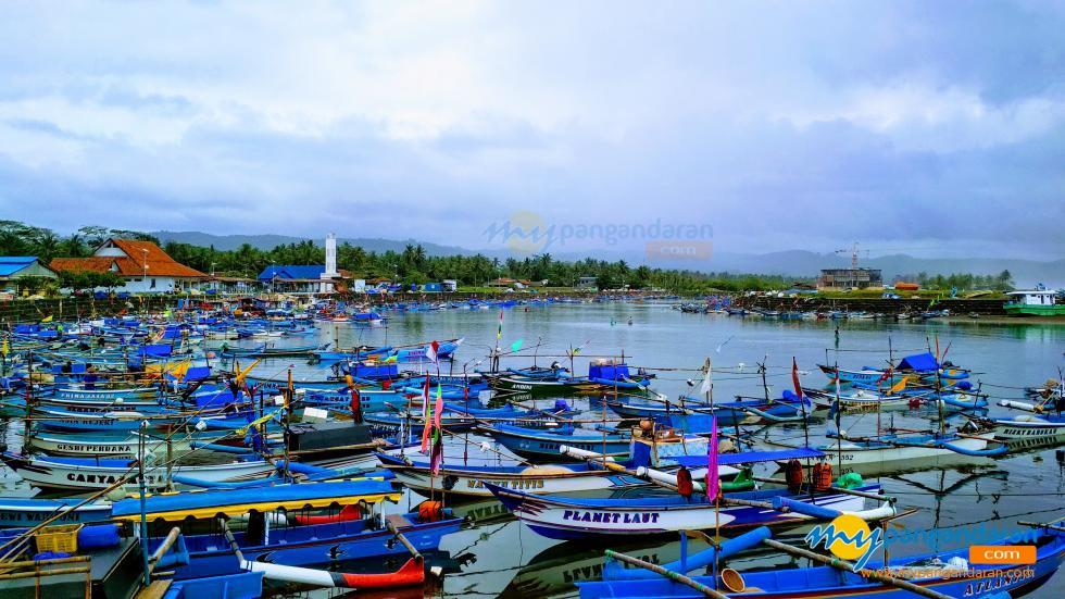 Sejumlah Perahu Nelayan Berlabuh Di Pelabuhan Cikidang Pangandaran