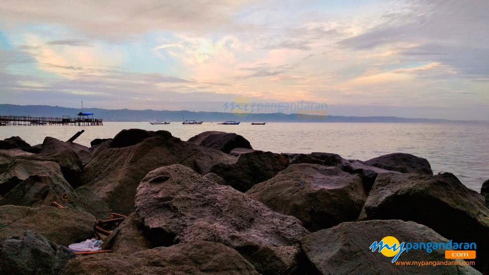 Walaupun Cuaca Mendung, Panorama Pantai Timur Pangandaran Tetap Mempesona