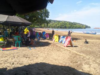 Potret Pantai Pangandaran Saat Weekday Tetap Ramai Wisatawan